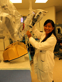 Nancy Thai '14 works with the da Vinci Surgical System